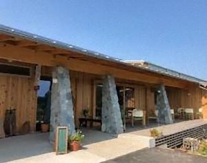 (埼玉・小川町) 2011年創業。有機の里・発酵の里・埼玉県比企郡小川町のワイナリー。 自社ワインには、完全無農薬・無肥料栽培で育てたブドウ以外の原材料は使用していません。お店に置くものも、無農薬にこだわった安心安全なものに限定しています。