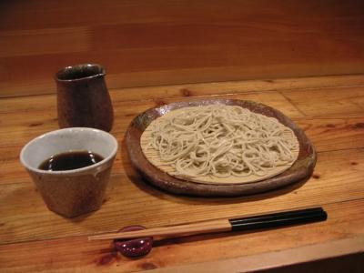 (東京・下北沢) 常盤秋蕎麦の実を石臼で挽いた手打ち十割蕎麦を提供しています。 つゆやつまみは、無農薬・無添加素材を採用。日本酒などアルコール類も置いています。