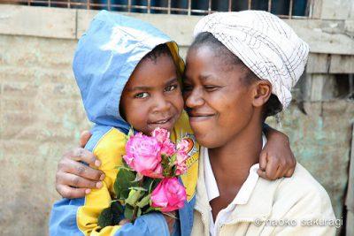 (東京・広尾) AFRIKA ROSEのバラは、ケニアの契約農家さんから直接送られてくるバラ。大輪で色鮮やか、1~2週間と長く楽しめるのが特徴です。 もっと、アフリカの薔薇を世界へ。もっと、笑顔あふれる世界のために。 フェアトレードのバラが、地球の裏側にいる薔薇農園の女性と子どもたちの笑顔に繋がります。 オンラインストアもぜひご覧ください。