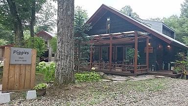 (群馬・嬬恋村) 北軽井沢のせせらぎの里別荘地内にあるおしゃれなカフェ。 木のぬくもりをたっぷり感じる居心地のいい空間でリラックスした時間が味わえます。豚肉を使ったオリジナル料理や手作りスイーツ、こだわりコーヒーが自慢です。 看板犬のあずきちゃん(柴犬)が、みなさまをお迎えします。北軽井沢方面にお越しの際には、ぜひお立ち寄りください。