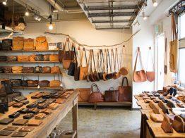 (東京・代々木) アナロジコはイタリア語で「アナログ」の意味。イタリア・トスカーナのタンナーから仕入れるナチュラルレザーで、男女問わず長く使える鞄や財布を手作りしています。厳選されたイタリアンレザーは、オイルをたっぷり含み、使い込むほどに艶を増し、味わい深い経年変化を見せてくれます。オンラインショップもぜひご覧ください。